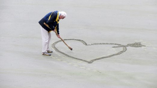 beach-elderly-love-160936